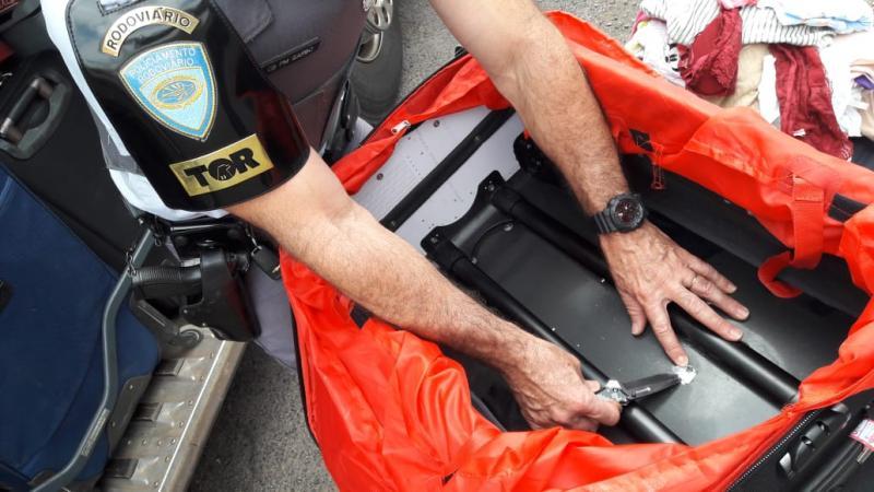 Polícia Militar Rodoviária - Malas estavam no bagageiro esterno do veículo, etiquetadas com os nomes das indiciadas