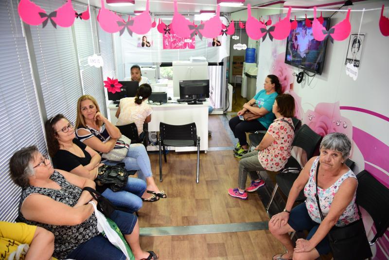 Paulo Miguel - Mulheres aguardam realização do exame na sala de espera da carreta do programa Mulheres de Peito
