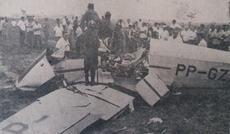 Avião caiu nas proximidades da pista do aeroporto local, provocando a morte dos seus 2 pilotos