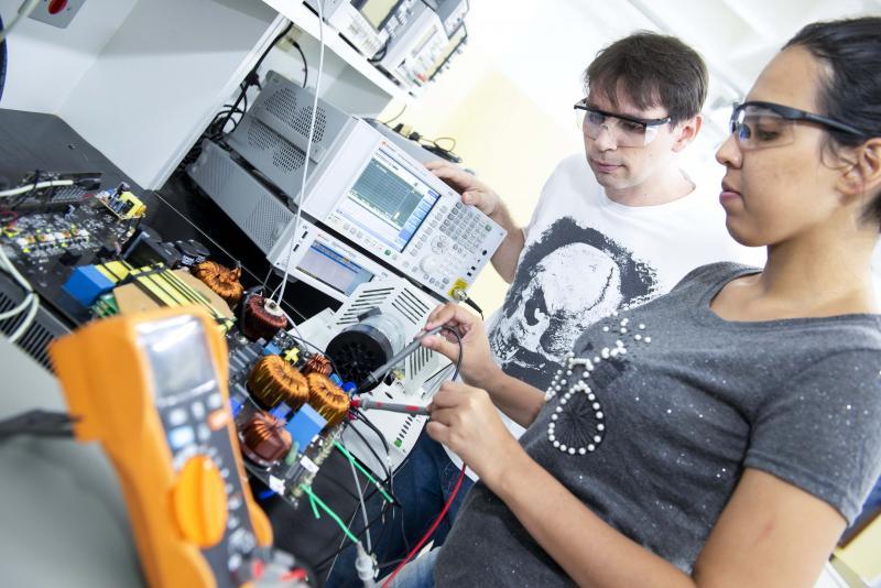 Departamento de Comunicação/Unoeste - Laboratório de Máquinas possibilita aos alunos experiências como o acionamento de motores industriais