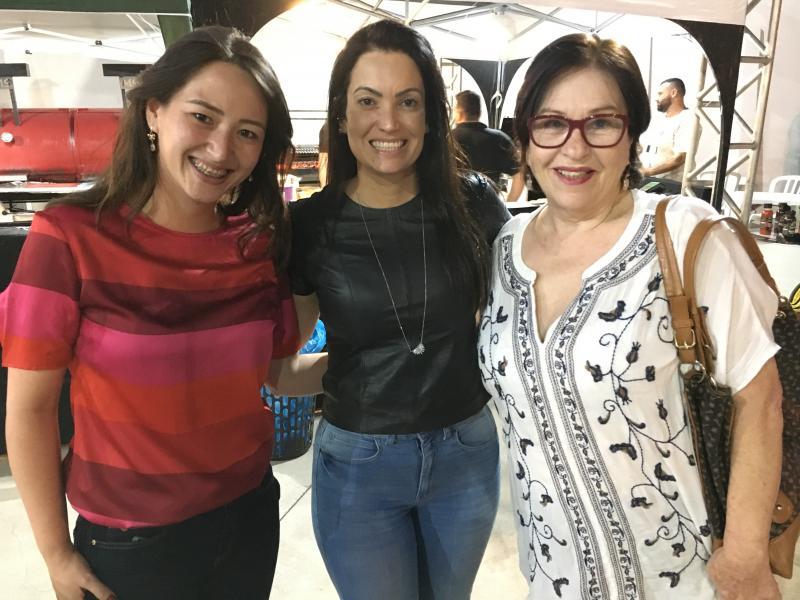 Débora Funada entre Mariana Zaidel e Palmira da Silva no 2º Encontro de Assadores Mampei Funada