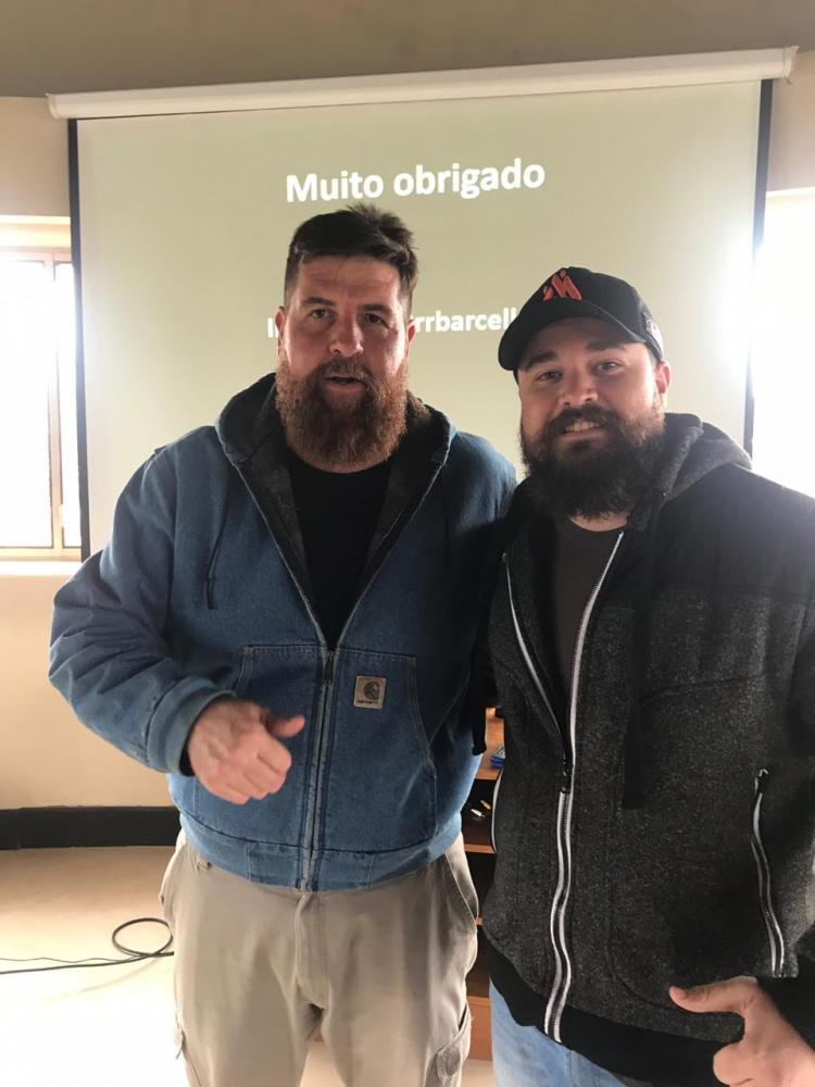 Roberto Barcellos, proprietário da marca de carnes BBQ Secrets, um dos responsáveis em elevar o nível da qualidade das carnes no Brasil, aqui na Patagônia Argentina com o mestre Guga Leonal da Manu Bakery