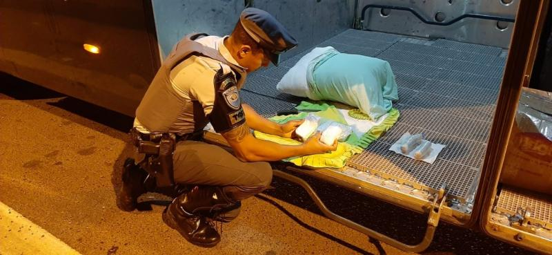 Polícia Militar Rodoviária – Drogas estavam escondidas nos pertencentes dos passageiros