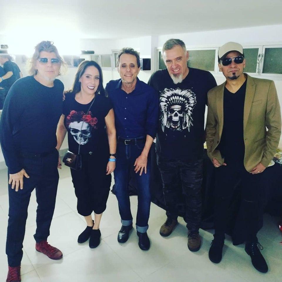 Grande casal, Bira Simione e Andréa Garcia recebem o Trio Acústico Titãs entre Branco Melo, Tony Bellotto e Sergio Britto