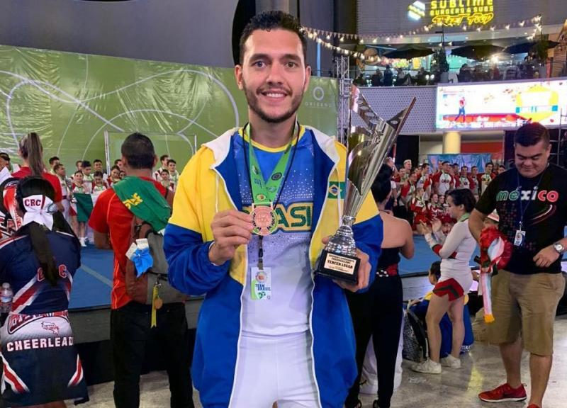 Cedida / Cauê Madureira - Com o sorriso no rosto, Cauê exibe medalha e troféu conquistados
