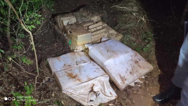 Polícia Militar - Droga estava escondida, coberta com folhas e galhos de árvores