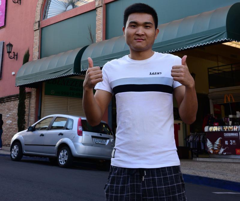 Paulo Miguel - Felipe Zheng é vendedor de calçados no shopping Vila Romana