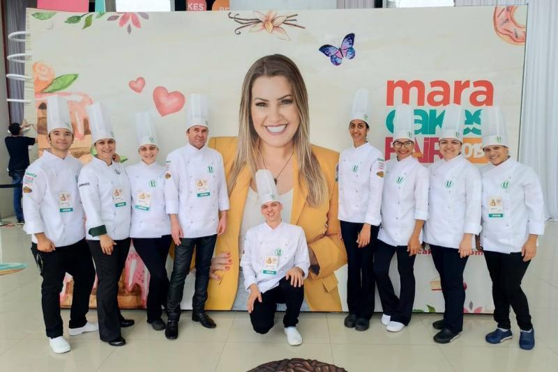 Time completo da Gastronomia Unoeste no Mara Cakes Fair, em São Paulo