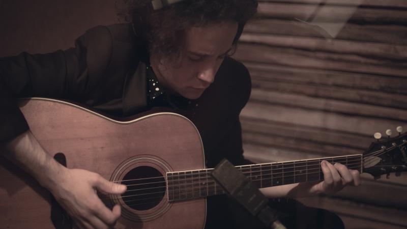 Beatrice Tanaka: Alex Albino, cantor