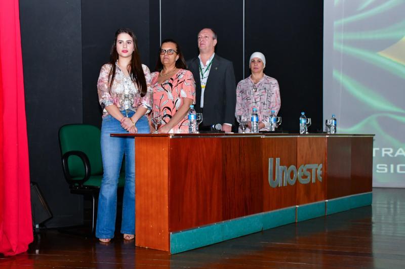 Mesa principal de abertura da Jornada Farmacêutica com a presidente do Diretório Acadêmico, Juliana Bortolan, professora Rosângela Ferreira, Luis Ortega e Amouni