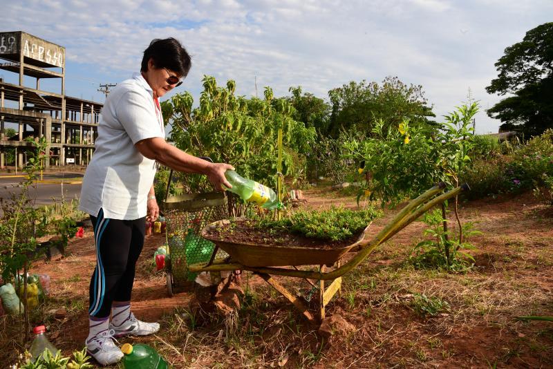 Paulo Miguel - Regina utiliza mais de 60 litros de água por dia para molhar as plantas da praça