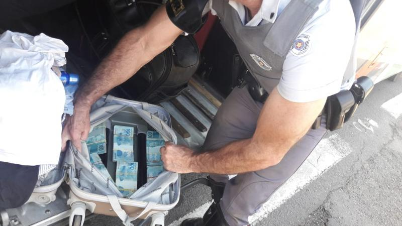 Polícia Militar Rodoviária - Dinheiro estava dentro de um mala, no bagageiro externo do ônibus