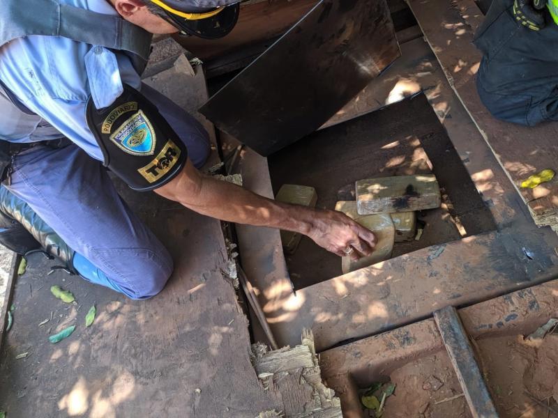 Cedida Polícia Militar Rodoviária | Droga estava escondida no fundo falso de um caminhão