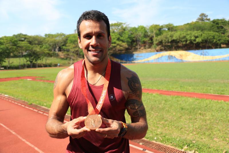 Marco Vinicius Ropelli - O atleta olímpico se orgulha ao mostrar a tão esperada medalha das Olimpíadas de 2008