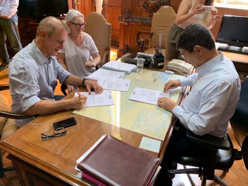 Secom - Bugalho assinou convênio na manhã de ontem, na capital, na presença do secretário estadual