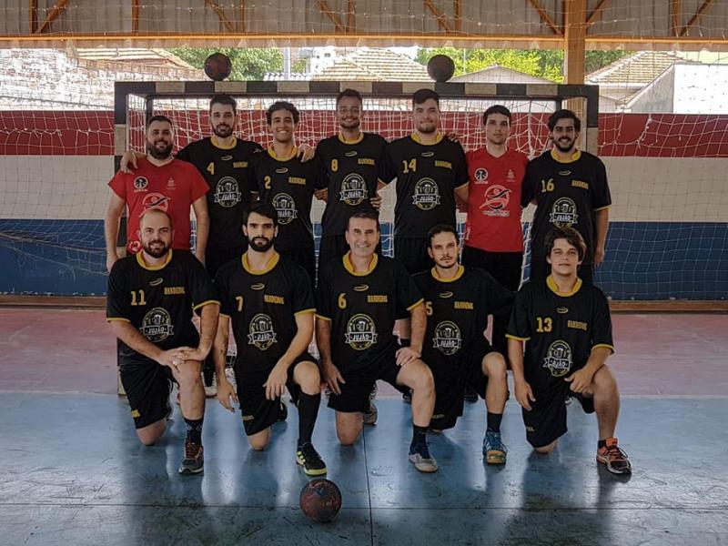 Cedida/Liga Regional de Handebol - Péricles (primeiro agachado à esq.) integra equipe de Martinópolis, que ficou com o vice-campeonato