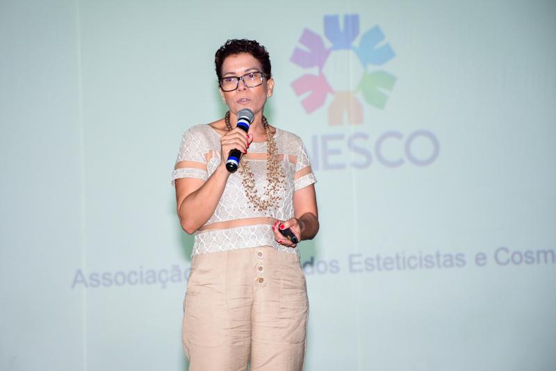 Noêmia é da Associação Nacional dos Esteticistas e Cosmetólogos e focou legislação em sua palestra