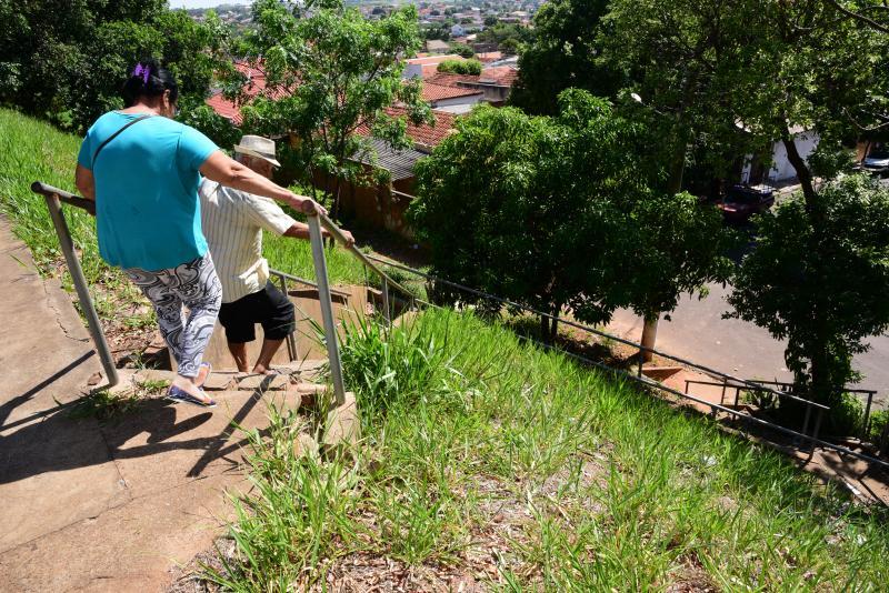 Paulo Miguel -  Mato alto, sujeira acumulada nos degraus e corrimão bambo comprometem uso da escada