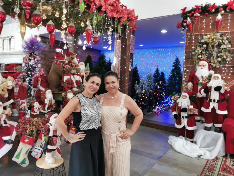 Foto-Sinomar: A designer e artista plástica Carol Andreotti e a empresária Rita Dalefi, no espaço de natal da Multi Itens
