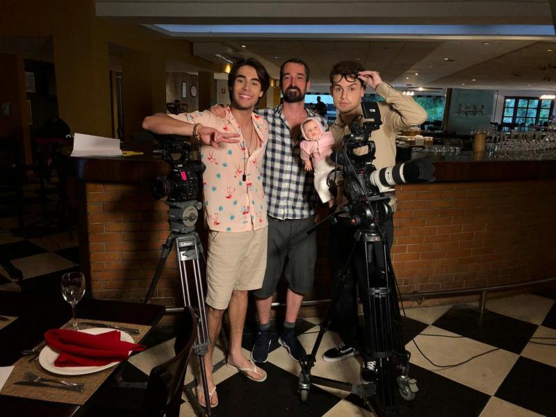Diretor de cinema Dudu Menin ente os atores prudentinos Gabriel Kater e o Bruno Alcântara no set de gravação em São Paulo