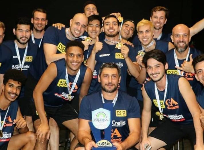 Cedida / Fernando Fabin - Comandados do técnico Fernando Fabin comemoram a vitória e o título, diante dos donos da casa