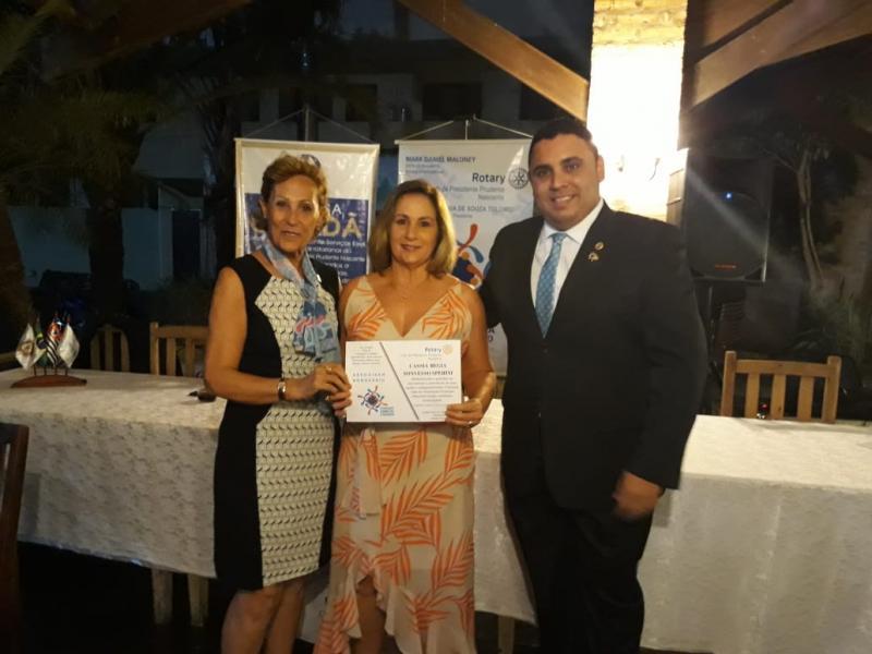 CLUBE DE SERVIÇO Angela Tolomei e Juliano Borges deram as boas-vindas à nova associada, Cássia Regina Sonvesso Sperini, no Rotary Nascente