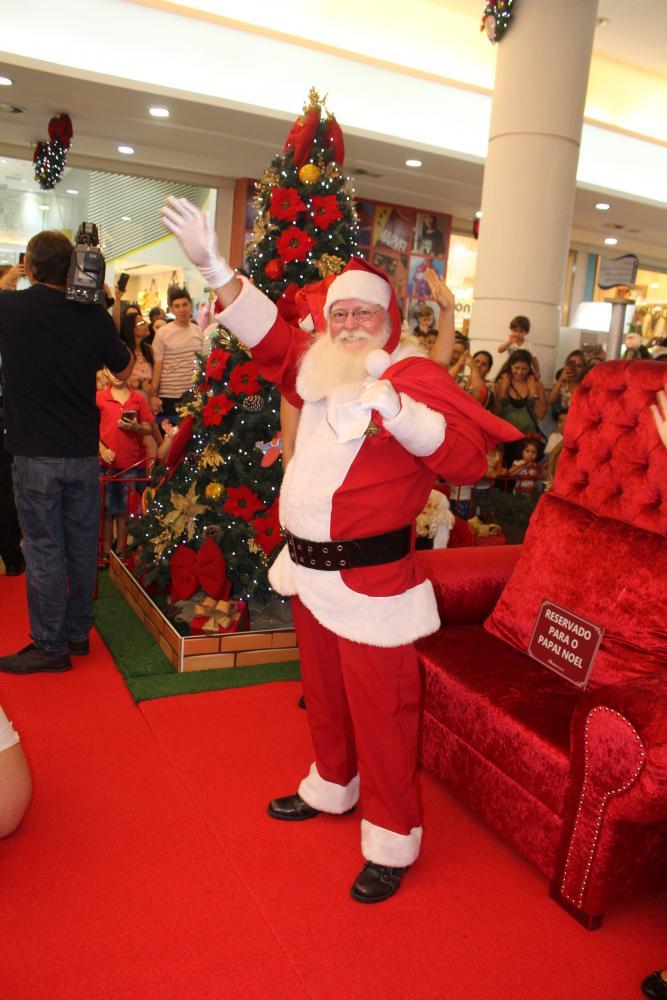 BOM VELHINHO Papai Noel cumprimenta o grande público de sábado, no Prudenshopping