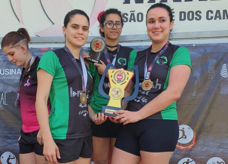 Cedida / Giba - No pódio: meninas da Unesp de Prudente após vencerem Rio Claro