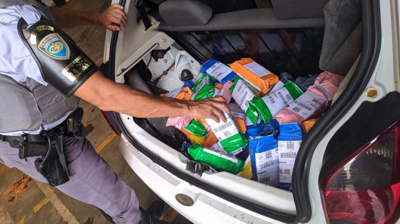 Polícia Militar Rodoviária - Aparelhos estavam distribuídos no porta-malas, sob o painel dianteiro e lateral traseira