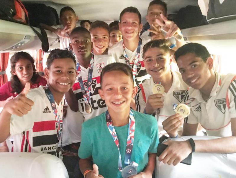 Cedida - Ao final da partida, jogadores do São Paulo tiraram uma foto com Raphael dentro do ônibus.