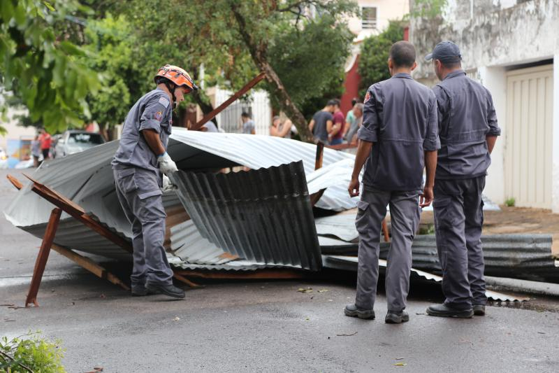 Gabriel Buosi - Bombeiros estiveram no local para a retirada da estrutura metálica da via