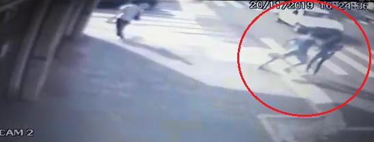 Cedida:Imagens de segurança mostram o momento o jovem em que tentou empurrá-la na avenida