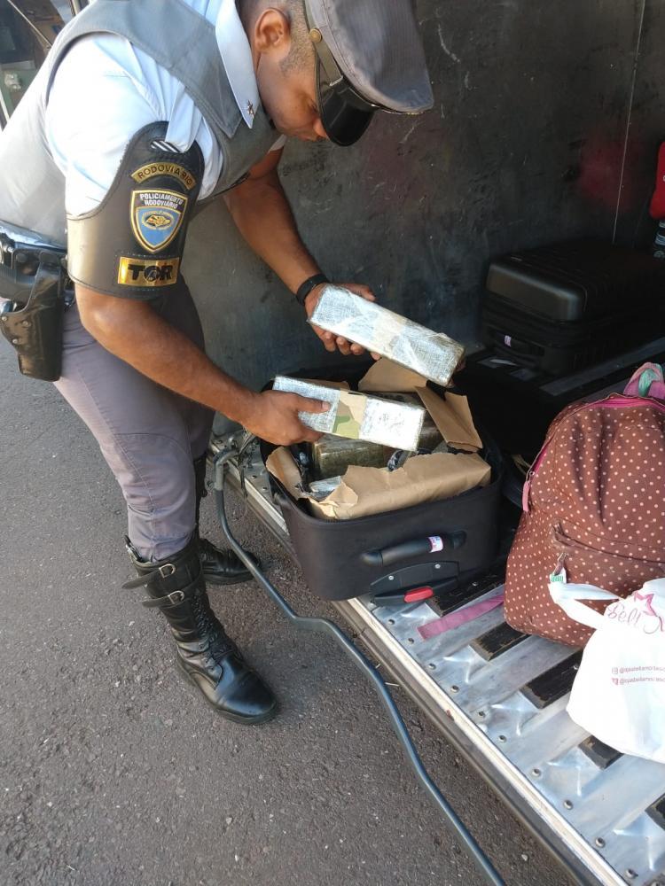 Polícia Rodoviária - Entorpecente estava na mala de uma mulher, passageira do veículo