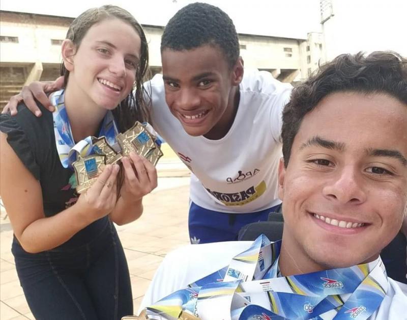 Facebook Pessoal - Maria Eduarda conquistou 4 ouros e, na foto, posa ao lado dos amigos Matheus e Lucas