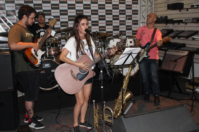 Fernanda Lessa, da banda The WichBanda, Tiago Faustino (bateria), Laerte Lima (guitarra) e Bruninho (baixo), tocaram só para os colegas, sábado na Auditech Music Store