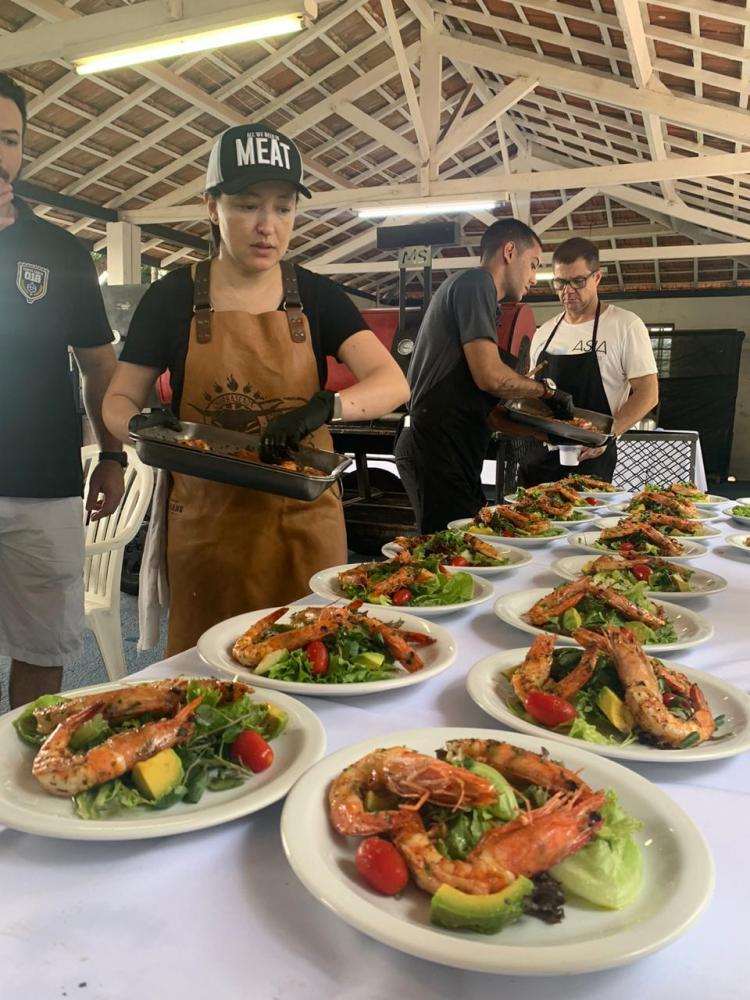 Chef Ligia Karazawa, preparando a mesa com um dos pratos que foram a sensação do almoço do último sábado na Estância Santa Fé: salada cajun de camarões grelhados