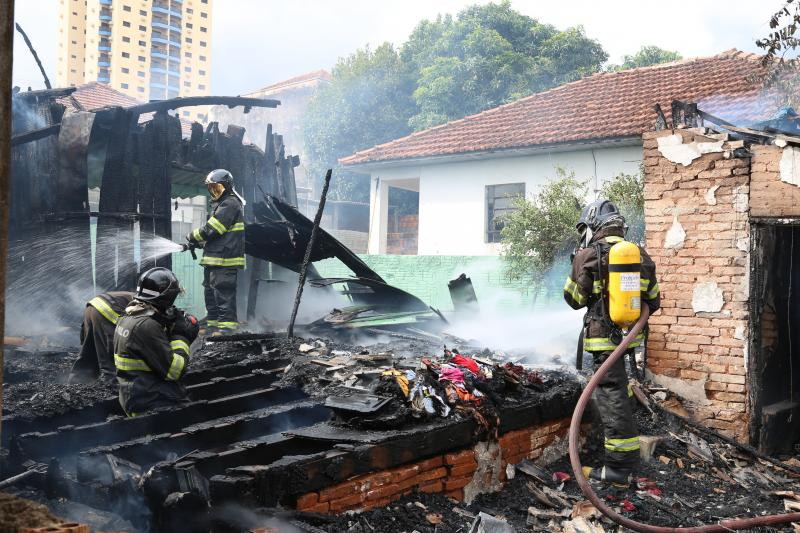 Foto: Jean Ramalho – Segundo o Corpo de Bombeiros, imóvel foi tomado pelas chamas rapidamente