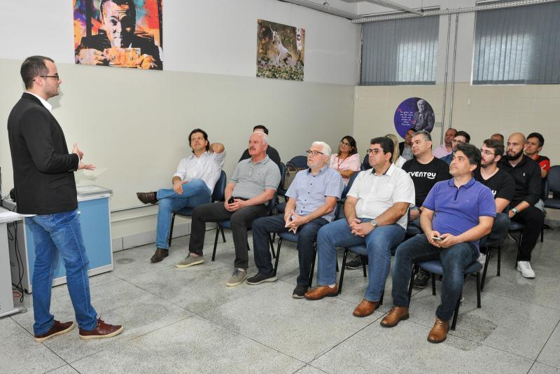 Diego Andreasi gerencia a reunião na Intepp sobre o empreendedorismo na Unoeste