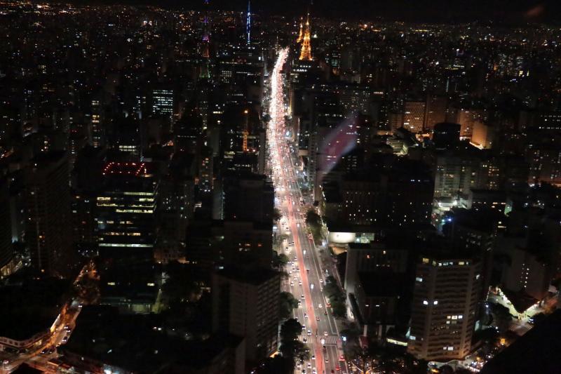 Josua Soares dos Santos: Avenida Paulista vista a noite, durante o passeio de helicóptero