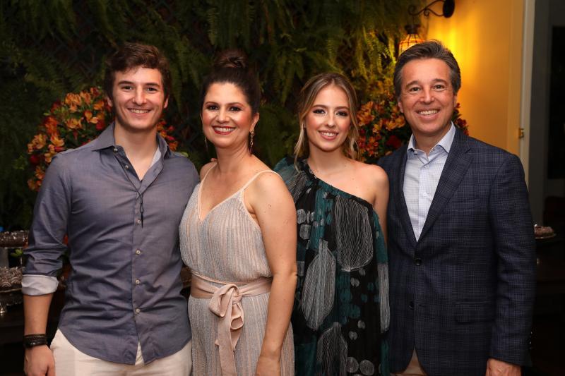 Lara e André Machado, com os filhos Raphael e Thabata, na sua festa de bodas de prata, servida pelo Buffet Smars, em Presidente Venceslau