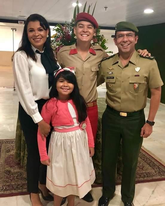 Prudentino Brito Junior, Tenente Coronel do Exército, comemora com a esposa Aguida, e a filhinha Ana Laura, a formatura do filho João Pedro (15 anos), que concluiu o primeiro ano do ensino médio no Colégio Militar de Brasilia