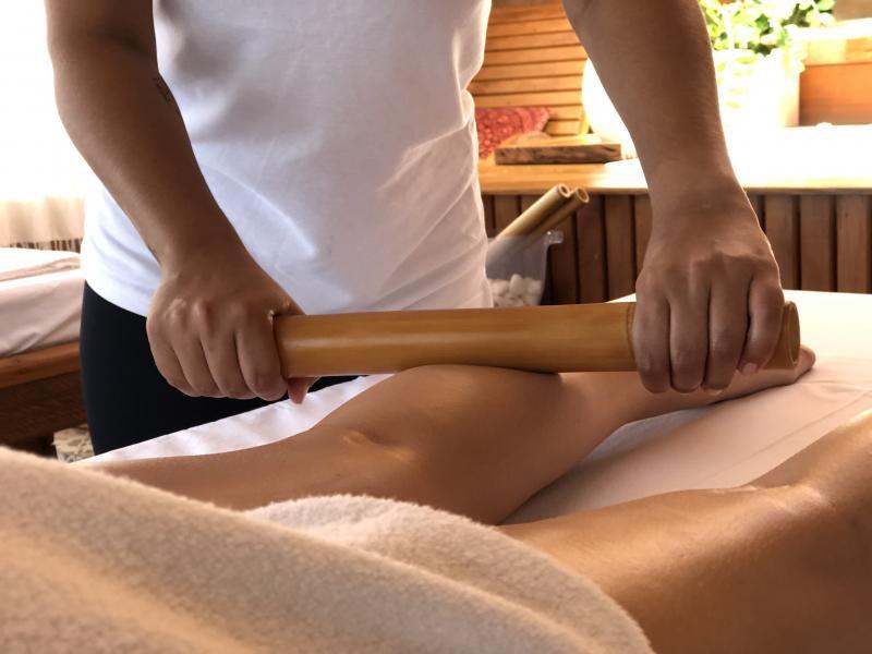 Bambuterapia, uma técnica de massagem oferecida pelo Spa do Terra Parque Eco Resort, em Pirapozinho