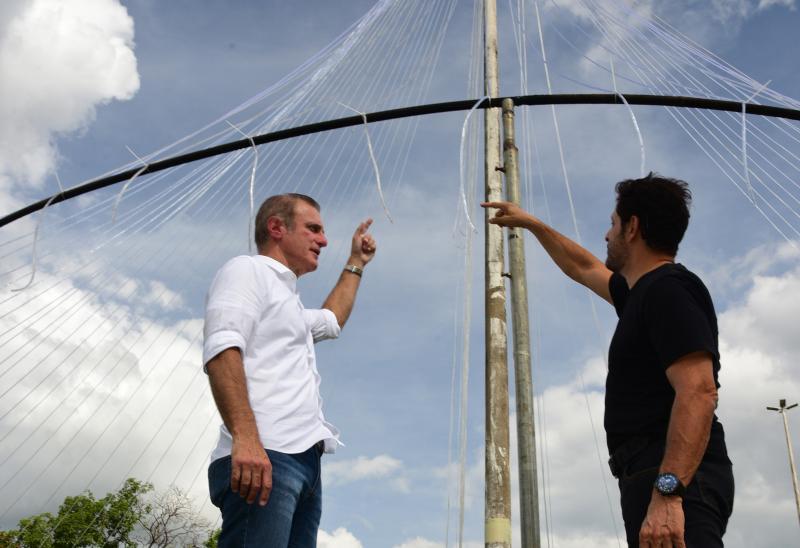 Paulo Miguel:Árvore é toda feita com mangueiras e strobos de Led, com uma estrela de três metros