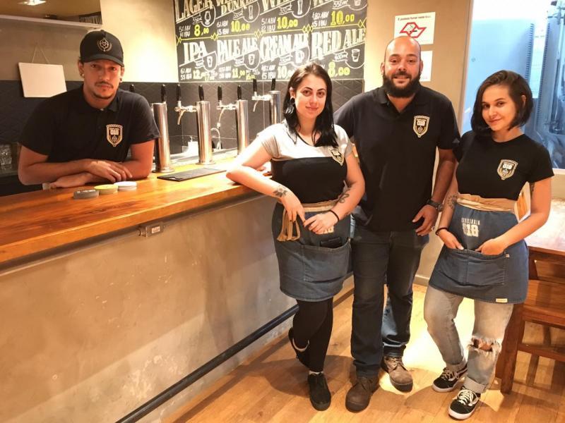 Equipe da Cervejaria 018, Gabriel Red, Ana Cristofano, Carlos Bamboa e Lethicia Tavares preparam o brewpub para semana de aniversário da microcervejaria