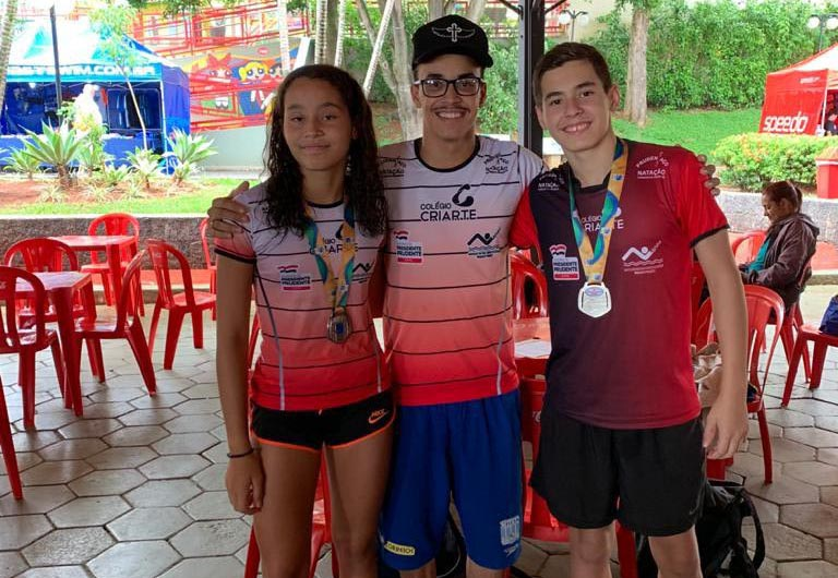Cedida - Na categoria petiz, Laiza Ferrer foi prata nos 50 m nado livre e Gabriel Nitsche foi prata nos 100 m nado peito