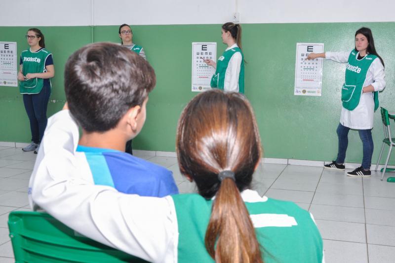 João Paulo Barbosa - Testes de acuidade visual são aplicados por estudantes de Medicina