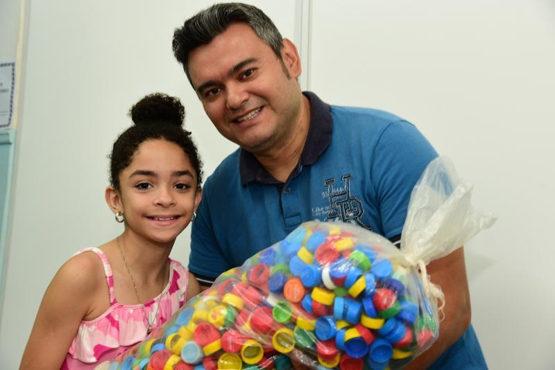 Paulo Miguel:20 mil tampinhas juntadas por Laura lhe darão um tablete