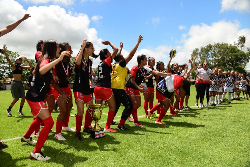 Foto: Paulo Miguel - Jogadoras comemoram título dentro de campo