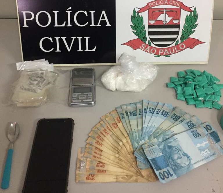 Polícia Civil:Foram apreendidos 57 papelotes de drogas, além de pacote e R$ 2,1 mil