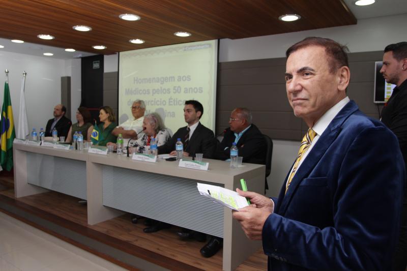 Fotos: Miguel Toninato/Cedidas -Médico e conselheiro do Cremesp, Henrique Liberato Salvador, conduziu a homenagem pelos 50 anos de exercício ético na medicina